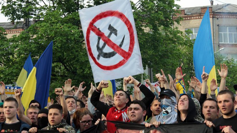 Fans von Metalist Charkiw und dem FC Dnipro Dnipropetrovsk bei einem Marsch in Charkiw