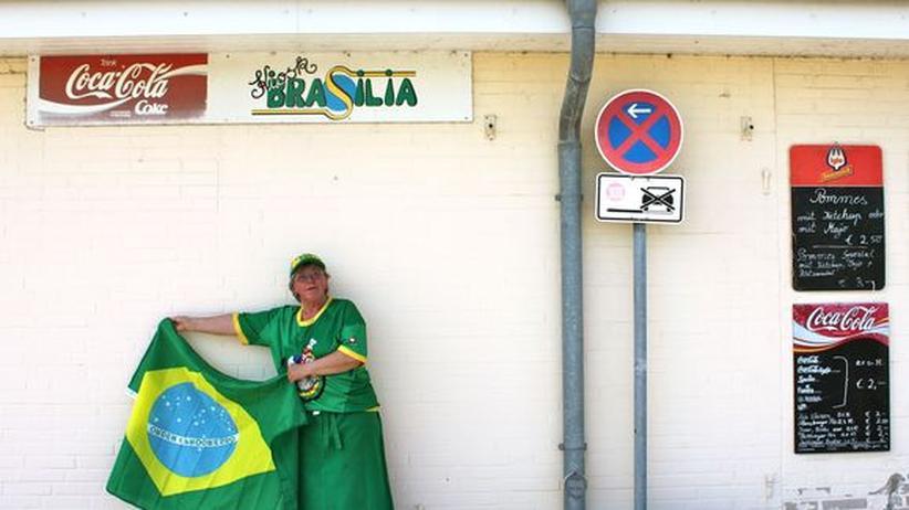 """Doris Petersen betreibt seit zwanzig Jahren den Kiosk """"Brasilia"""" am Ostseestrand in der Nähe von Kiel."""