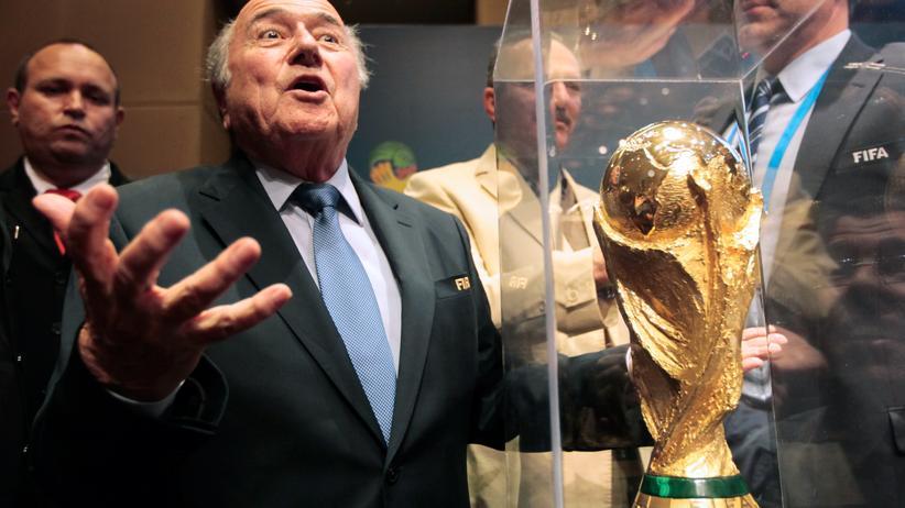 Fifa: Fifa-Präsident Sepp Blatter mit dem WM-Pokal