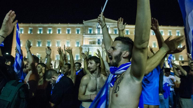 So ähnlich wie diese griechischen Fans in Athen jubelte unser Autor nach dem Spiel in Deutschland.