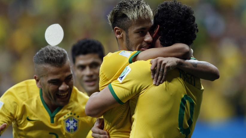Fußball-WM: Der Brasilianer Fred (rechts) feiert sein Tor gegen Kamerun zusammen mit Stürmerstar Neymar.