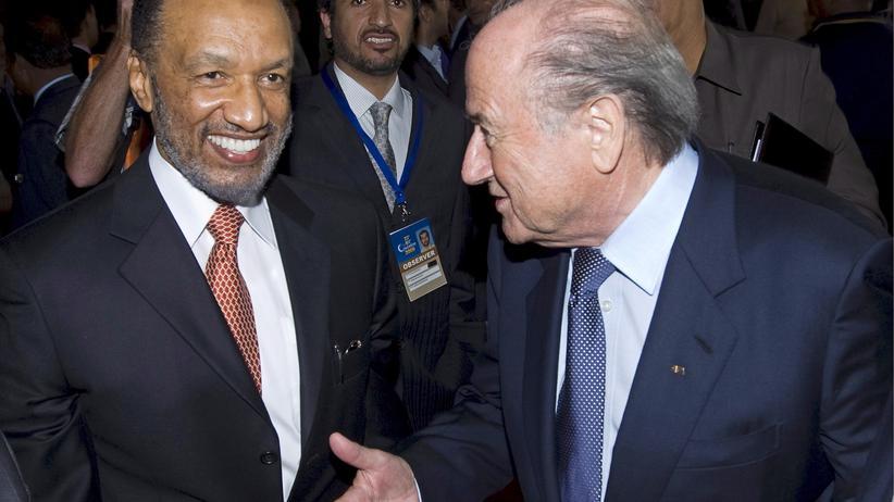 Der ehemalige katarische Fifa-Funktionär Mohamed bin Hammam (links) und Fifa-Präsident Sepp Blatter (Archiv)