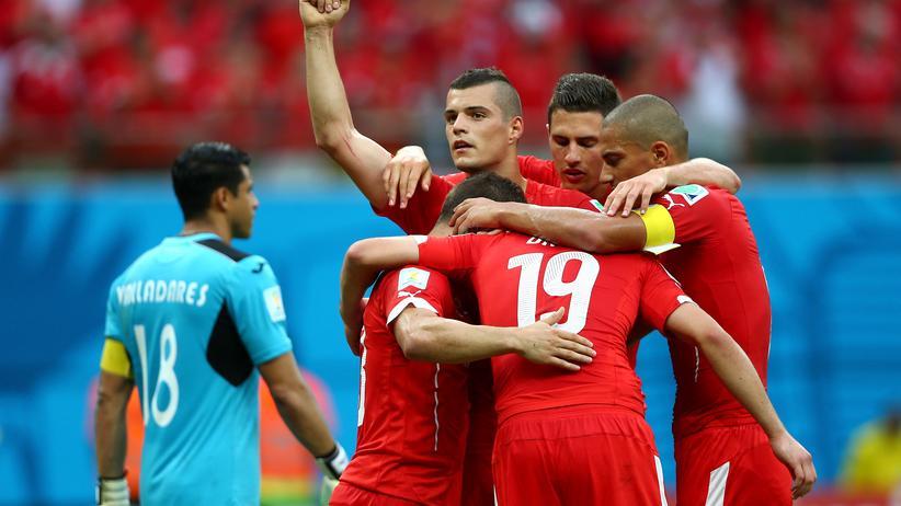 Fußball-WM Gruppe E: Schweizer Spieler feiern das Tor zum 0:3-Endstand.