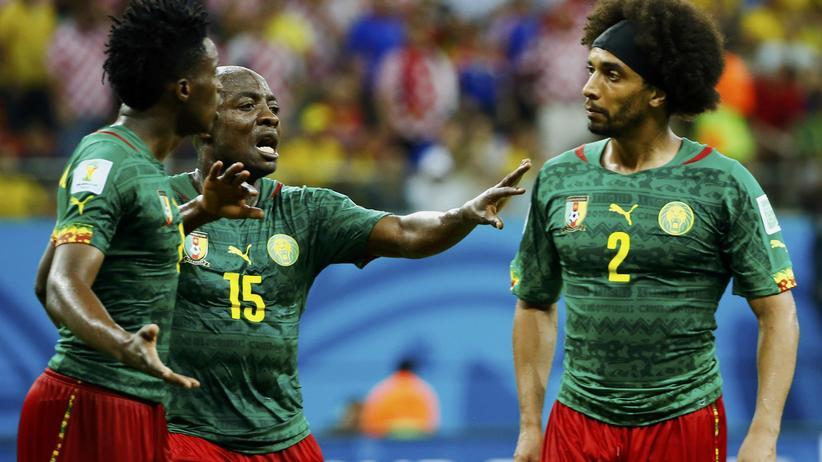 Kameruns Achille Weboc versucht zwischen seinen Teamkollegen Benjamin Moukandjo (links) und Benoît Assou-Ekotto zu schlichten.