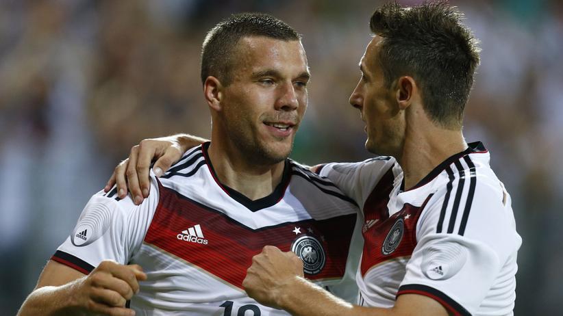 Fußball: Lukas Podolski und Miroslav Klose feiern Podolskis Tor.