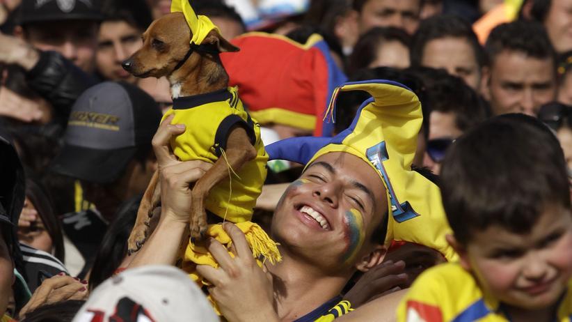 Kolumbien gegen Uruguay: Ein kolumbianischer Fußball-Fan mit Hund