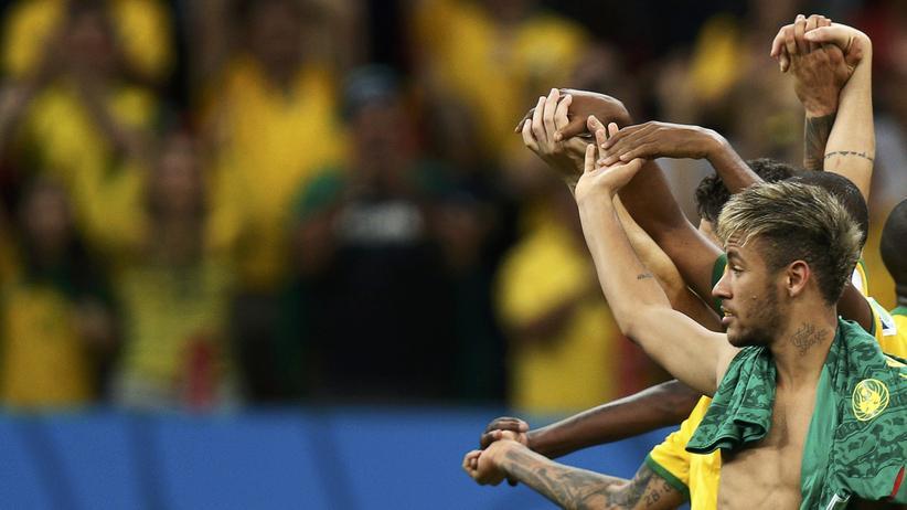 Kamerun gegen Brasilien: Brasiliens Stürmerstar Neymar feiert mit seinen Teamkollegen den Gruppensieg.