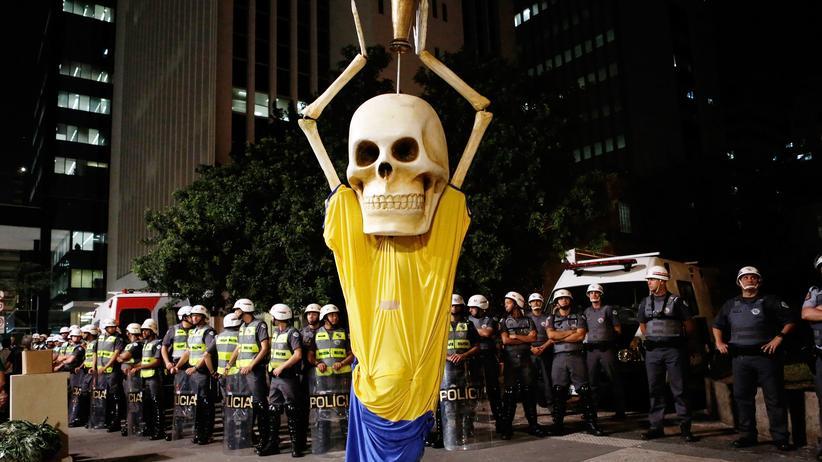 Eine Puppe bei Anti-WM-Protesten in São Paulo