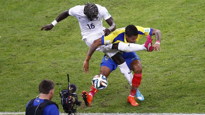 Fußball-WM Gruppe E: Frankreichs Bacary Sagna (l.) und Ecuadors Michael Arroyo