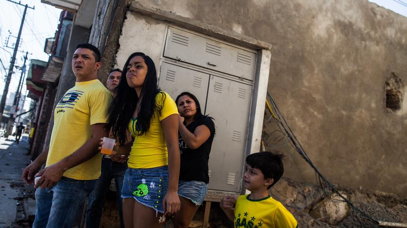 Brasilien zur WM-Eröffnung: Brasilianische Fans beobachten in São Paulo Proteste gegen die WM.