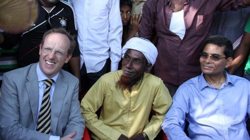 WM-Finale: Ferdinand von Weyhe, amtierender Botschafter der Bundesrepublik in Bangladesch (Krawatte) neben Amzad Hossain