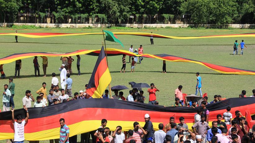Die 3,5 Kilometer lange Deutschland-Fahne im Stadion von Magura
