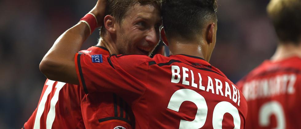 Leverkusens Stürmer Stefan Kiessling und Karim Bellarabi feiern nach einem Tor