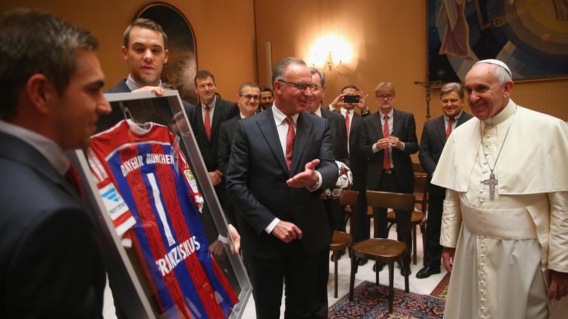 Ja Herrschaftszeiten: Manuel Neuer und Philipp Lahm überreichen Papst Franziskus ein gerahmtes Trikot des FC Bayern