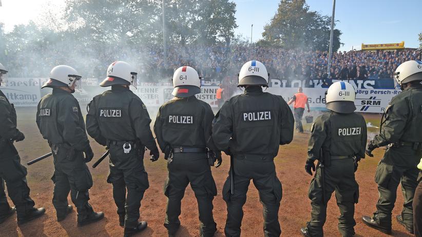 Polizisten stehen vor den Fans von Arminia Bielefeld im Auswärtsspiel gegen Preußen Münster am 19. Oktober.