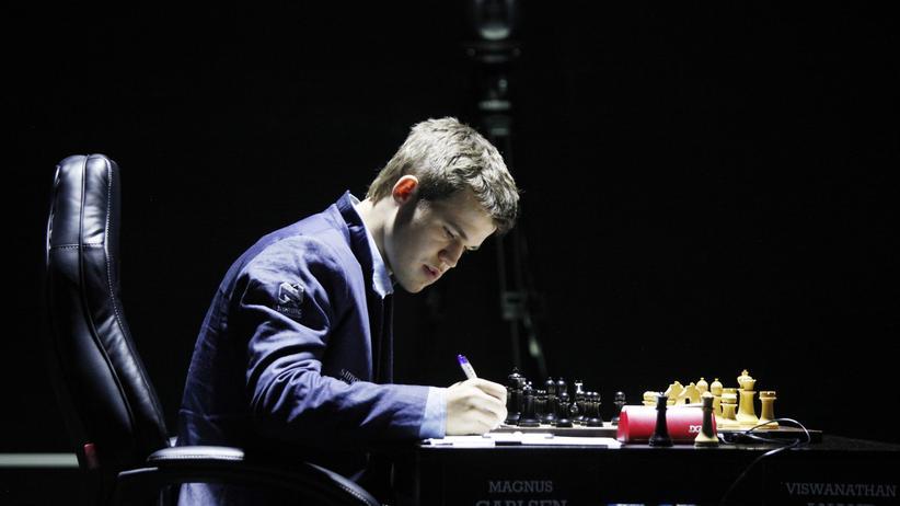 Schach-WM: Carlsen erwehrt sich Anands Drohungen