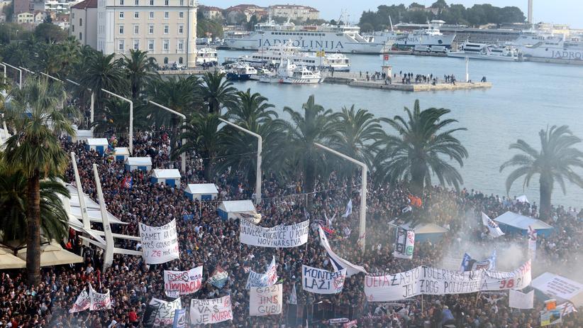 Fußballfans des kroatischen Vereins Hajduk demonstrieren in Split gegen Korruption.