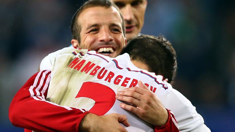 HSV-Kapitän Rafael van der Vaart freut sich mit Dennis Dieckmeier über den Sieg gegen Leverkusen.