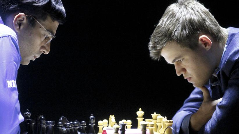 Magnus Carlsen (r) spielt gegen den indischen Herausforderer Viswanathan Anand.