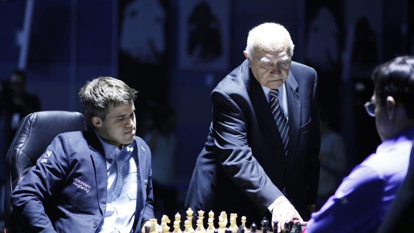 Schach-WM: Carlsen zermürbt Anand beim Remis