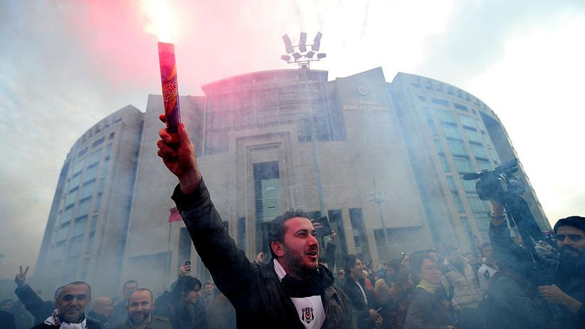 Türkei: Istanbuler Fußballfans wegen Putschversuchs angeklagt