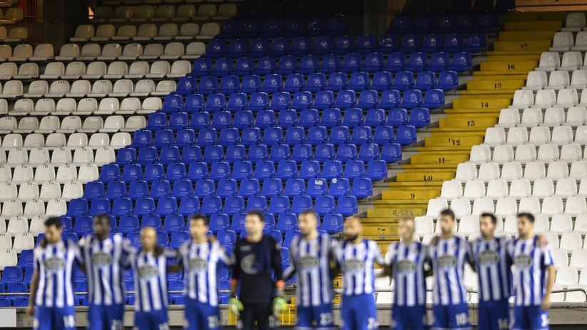 Die Spieler von Deportivo La Coruña während einer Schweigeminute für den getöteten Fan
