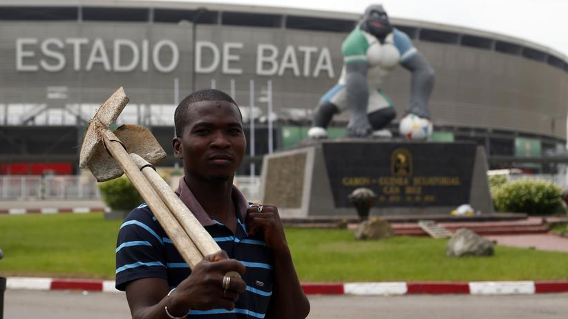 Ein Bauarbeiter vor den Stadion von Bata, in dem am Samstag der Afrika-Cup eröffnet wird