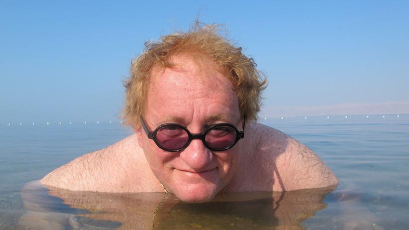 Tuvia Tenenbom bei einem Bad im Toten Meer