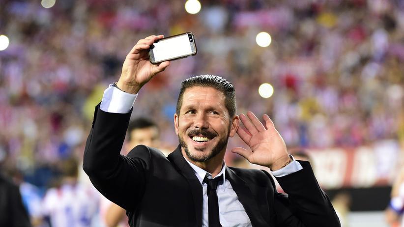 Diego Simeone macht nach dem gewonnenen spanischen Supercup ein Selfie.