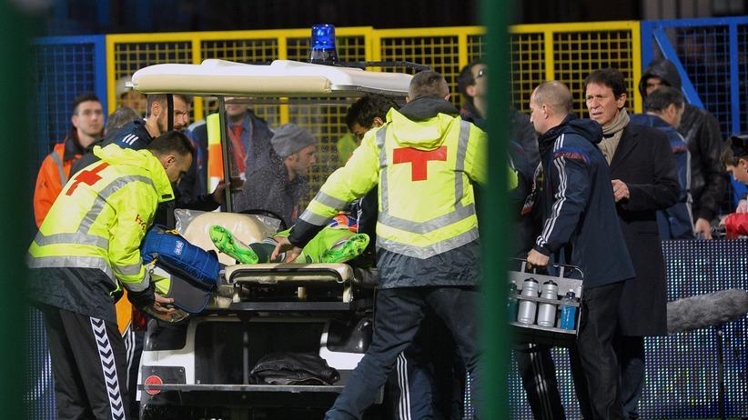 Fußball: Russlands Nationaltorwart Akinfejew wurde von einem Feuerwerkskörper getroffen und musste vom Platz getragen werden.