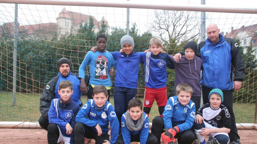 SV Lindenau 1848: Trainer und Integrationsmotor Martin Hammel (links mit Mütze) und einige seiner Jungs
