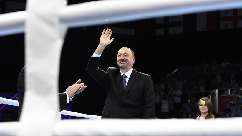 Aserbaidschans Präsident Ilcham Alijew lässt sich bei den Europaspielen feiern.