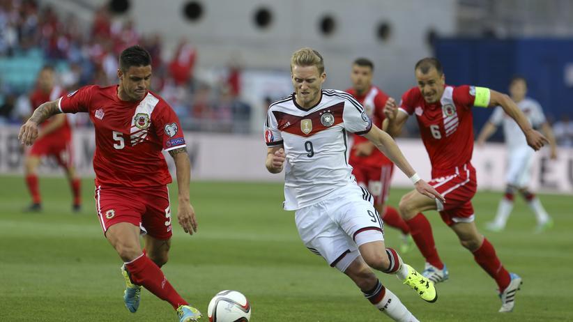 EM-Qualifikation: André Schürrle lässt Ryan Casciaro stehen, ehe er den Ball zum 1:0 für Deutschland ins Tor der Elf aus Gibraltar schießt.