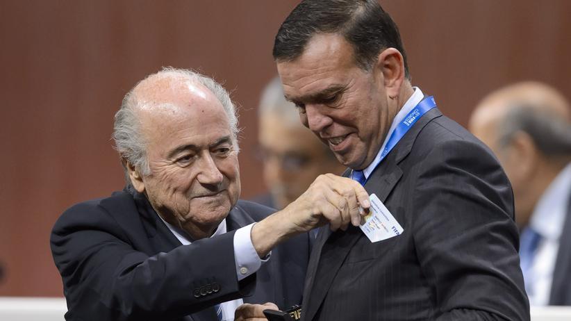 Korruptionsskandal: Fifa-Präsident Joseph Blatter mit dem Präsidenten des südamerikanischen Verbandes Conmebol, Juan Ángel Napout, auf dem Fifa-Kongress in Zürich