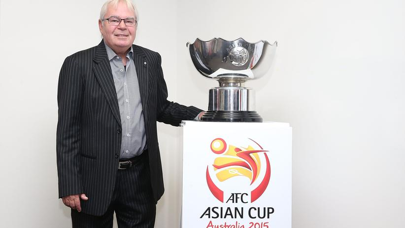 Der Australier Les Murray posiert mit dem Asien-Cup
