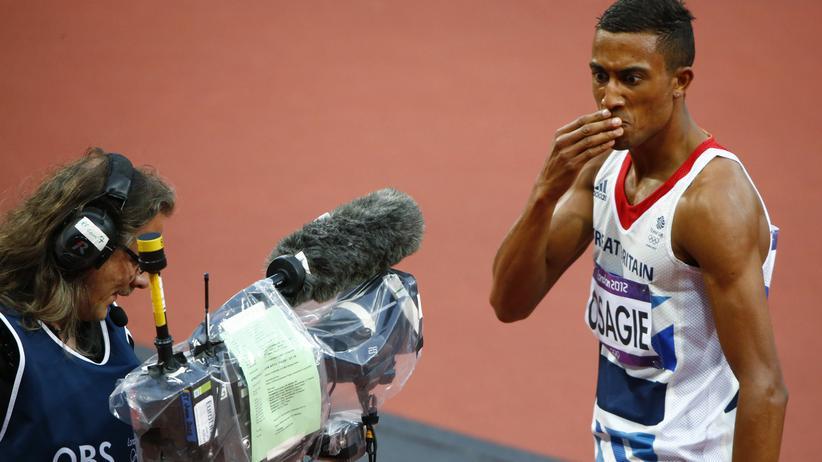 Eurosport: Der Brite Andrew Osagie grüßt von den Olympischen Sommerspielen 2012 in London in eine TV-Kamera.