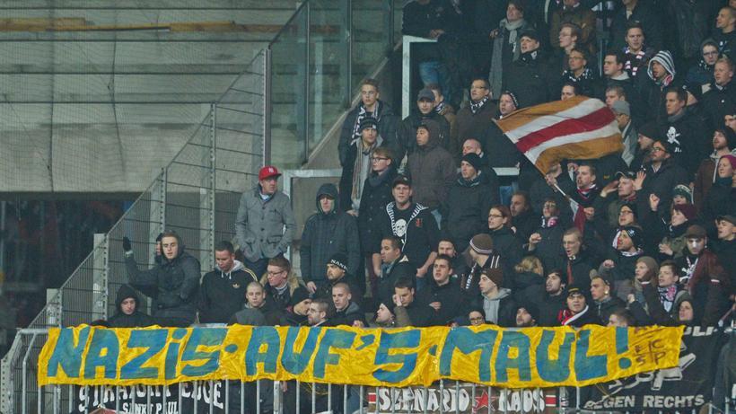 Rassismus Im Fussball Affenlaute Haben Stadionverbot Zeit