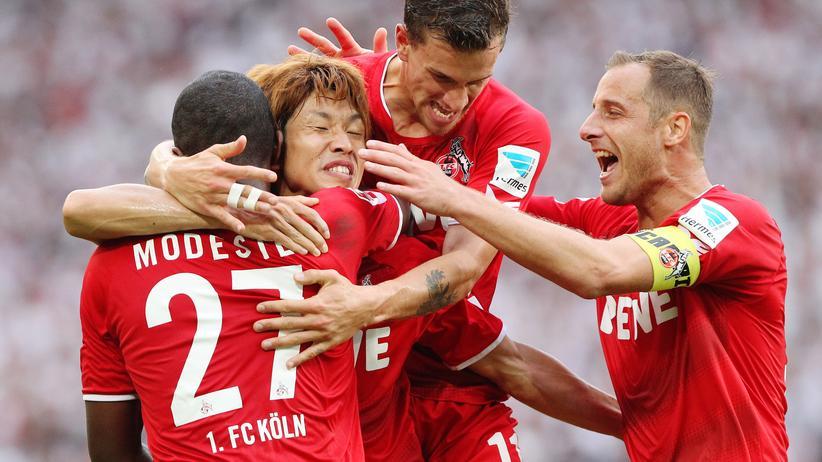 Fußball-Bundesliga: Kölner Spieler feiern ein Tor gegen den VfB Stuttgart