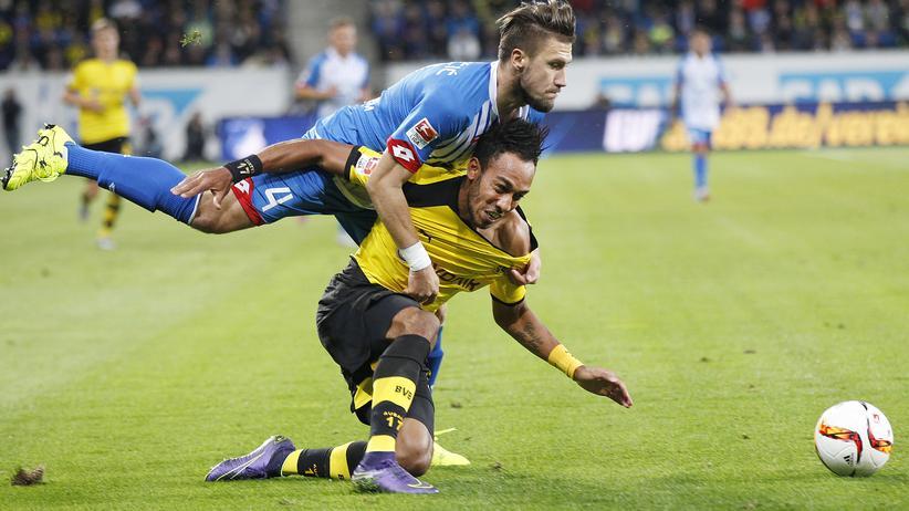 Fußball-Bundesliga: Hoffenheims Ermin Bicakcic weiß sich gegen Dortmunds Pierre-Emerick Aubameyang nur mit einem Foul zu helfen.