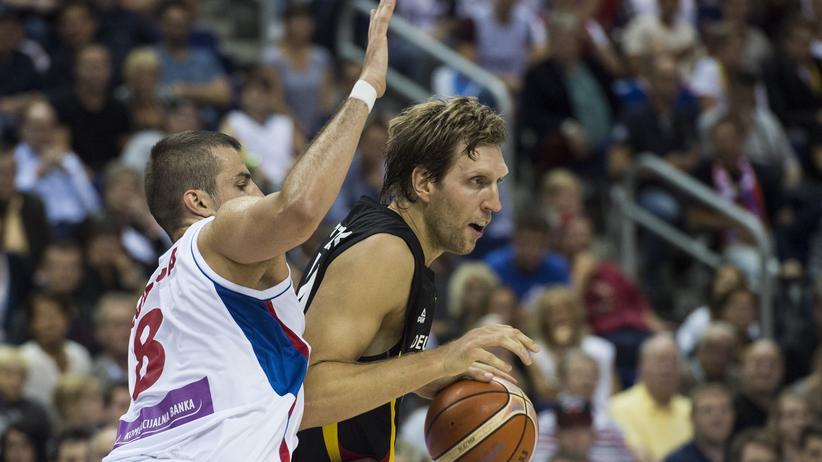 Basketball-EM: Dirk Nowitzki (r.) und Serbiens Nemanja Bjelica im zweiten EM-Spiel der Gruppe B