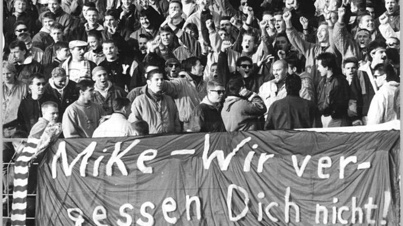 Am 10. November 1990 gedenken Fans beim Spiel des FC Berlin gegen den HFC Chemie des getöteten Mike Polley.