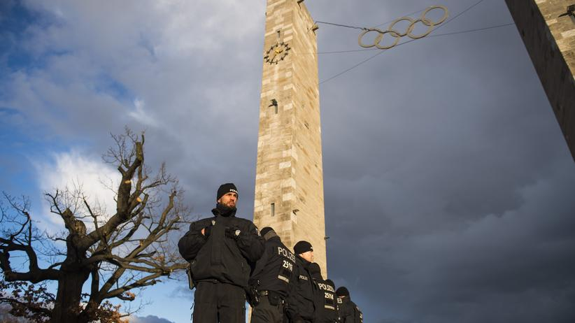 Polizisten vor dem Berliner Olympiastadion