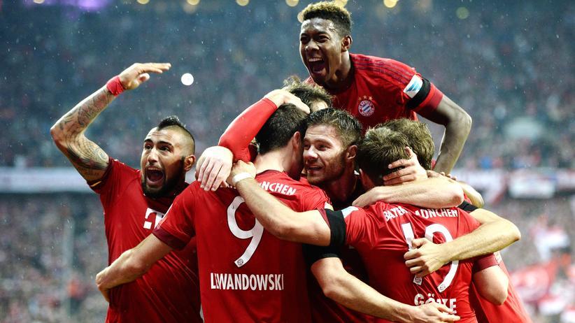 Jubelnde Bayern wollen mehr Geld.