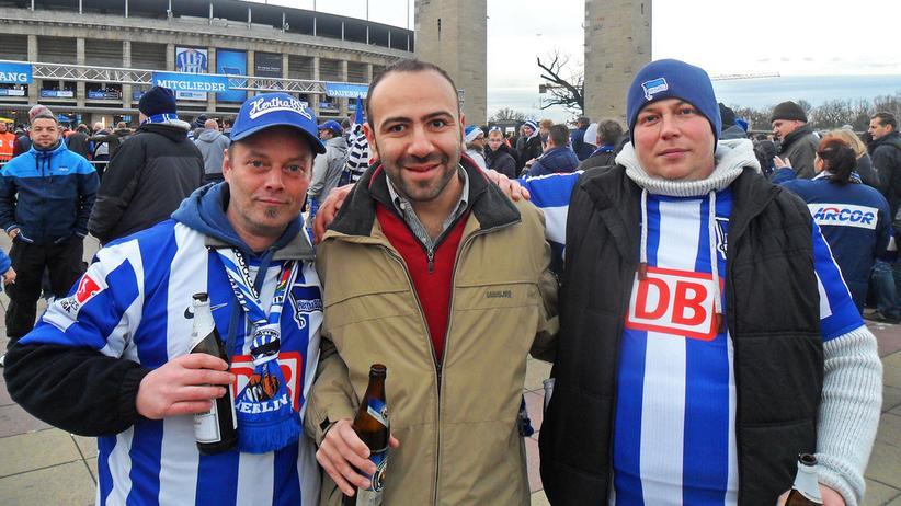 Fouzi mit zwei Herthafans