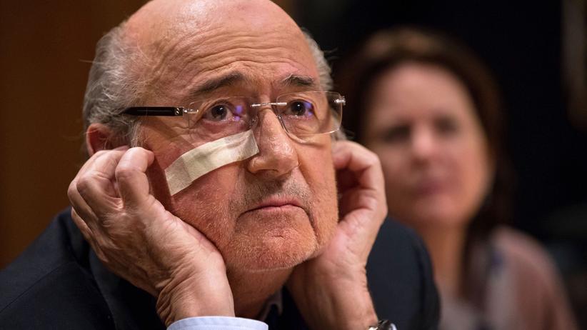 Fifa: Unrasiert, müde, Pflaster: Sepp Blatter hat schon glücklichere Tage erlebt
