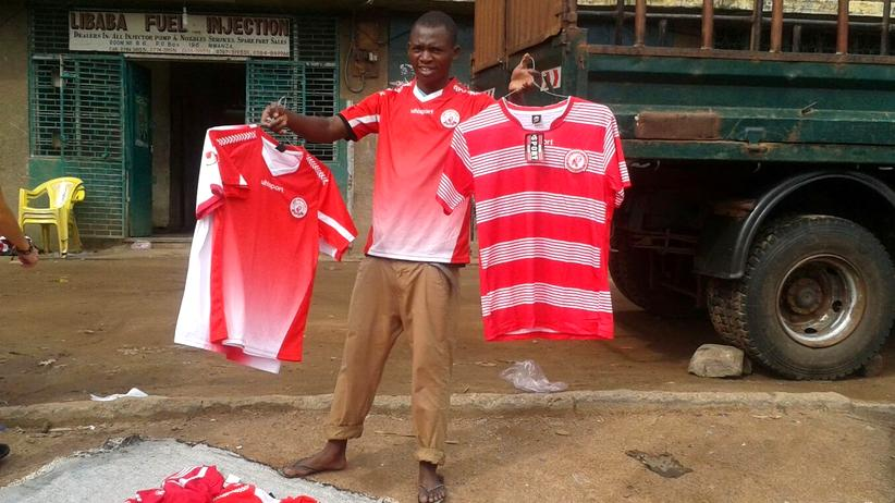 Fußball: Ein Fanartikelverkäufer vor dem Stadion