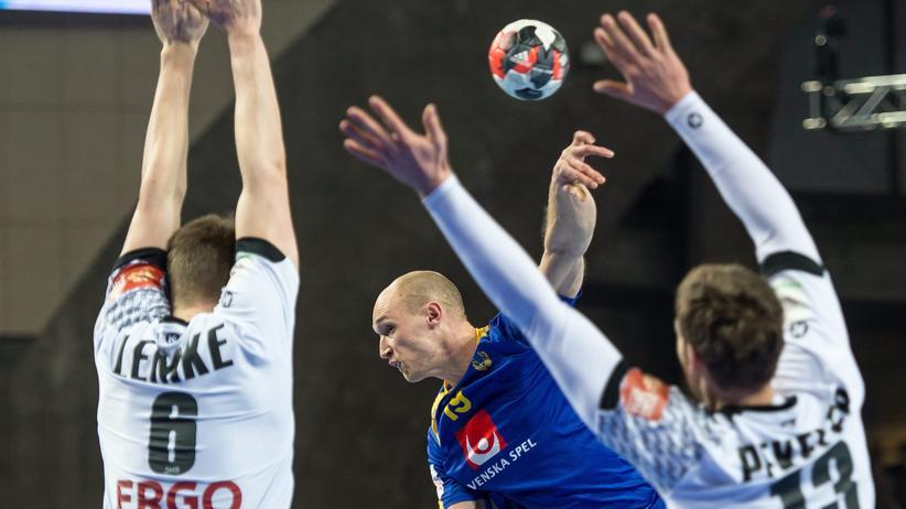Handball-EM: Schwedens Johan Jakobsson in Aktion gegen Finn Lemke (l) und Hendrik Pekler (r)