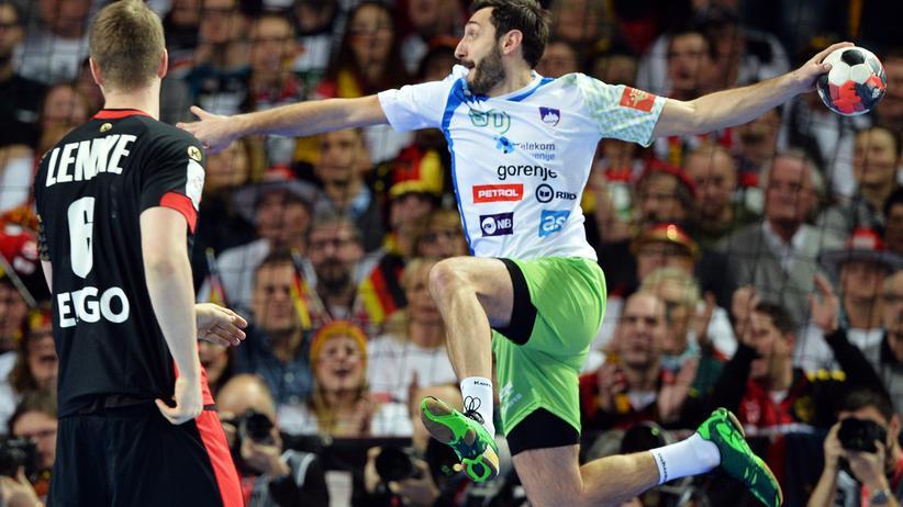 Handball-EM: Finn Lemke (l.) und Sloweniens Dragan Gajič während des EM-Vorrundenspiels in Breslau