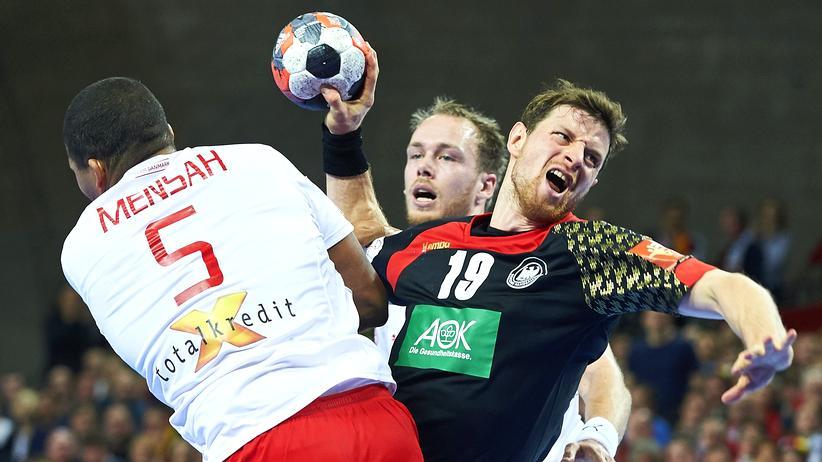 Handball-EM: Martin Strobel ist auch von zwei Dänen nicht zu stoppen.