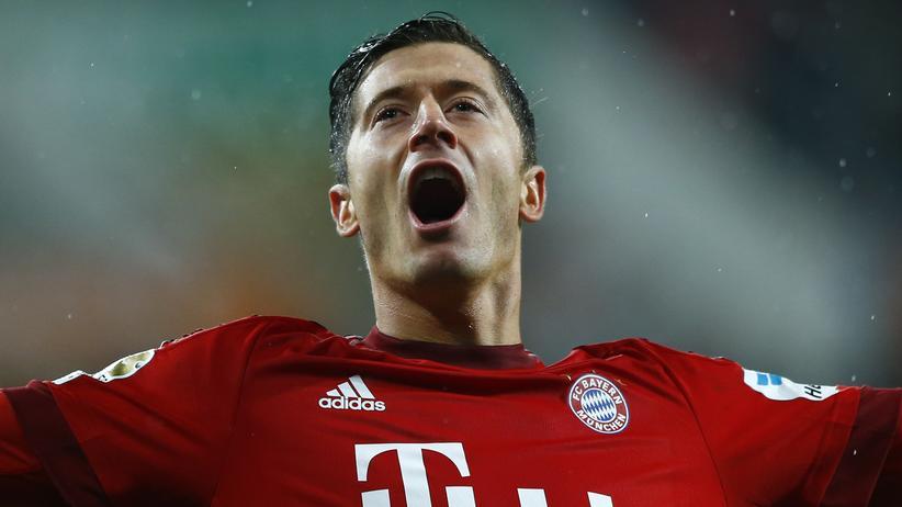 Bundesliga: Robert Lewandowski feiert seinen zweiten Treffer gegen Augsburg.